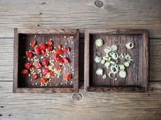 梅菜笋丝,干辣椒切小段,葱切葱花。