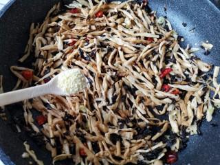 梅菜笋丝,再加入适量的盐和鸡精。