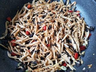 梅菜笋丝,翻炒均匀即可。
