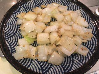 洋葱猪颈肉,盛出洋葱铺盘底