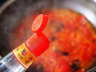 西红柿木耳鸡蛋打卤面,锅中淋上芝麻油。
