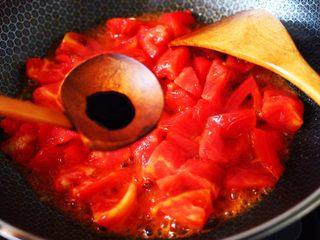 西红柿木耳鸡蛋打卤面,加入生抽调味调色。