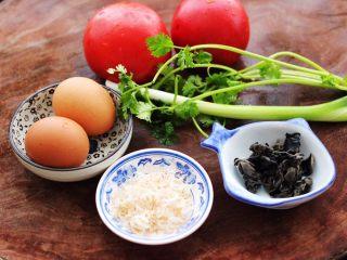 西红柿木耳鸡蛋打卤面,首先备齐所有的食材。
