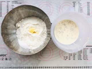 中种奶油吐司,首先将中种面团的材料称出来.干性材料和湿性材料分开放,酵母放在湿性材料,黄油放在干性材料中。