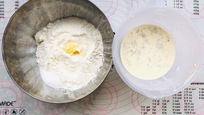 中种奶油吐司,首先将中种面团的材料称出来.干性材料和湿性材料分开放,<a style='color:red;display:inline-block;' href='/shicai/ 731'>酵母</a>放在湿性材料,黄油放在干性材料中。