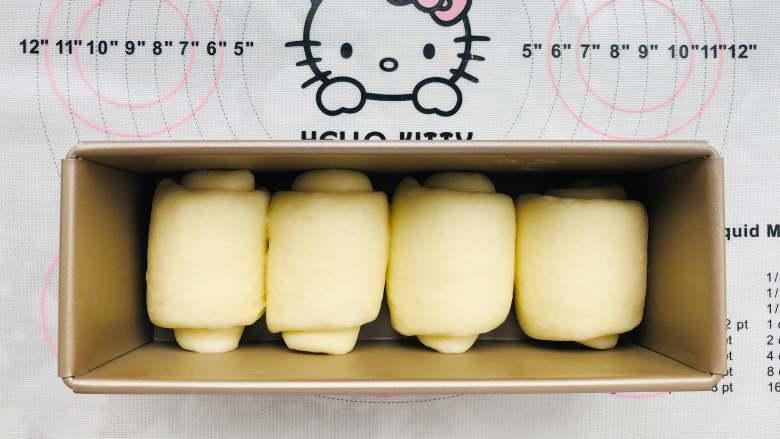 中种奶油吐司,将制作好的面团放在模具中,35度的温度进行最后的发酵