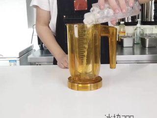 轻松get一杯高颜值夏日饮品,依次往搅拌机内放入,冰块、荔枝汁、竹蔗冰糖糖浆、天香茉莉茶茶汤、新鲜红心火龙果