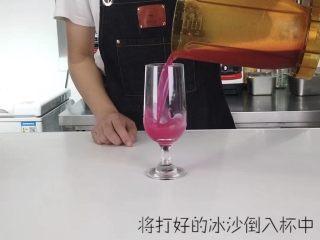 轻松get一杯高颜值夏日饮品,快速搅拌成冰沙,倒入冷饮杯中