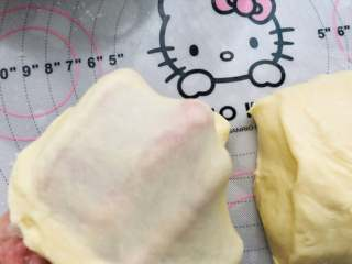汉堡胚,最终打好的面团有较光滑且薄的薄膜。