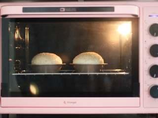 汉堡胚,提前预烤箱,170度,烤18分钟。