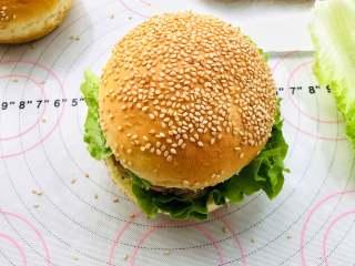 汉堡胚,备好制作好的汉堡胚,沙拉酱和炸好的鸡腿肉.喜欢吃的都可以夹。