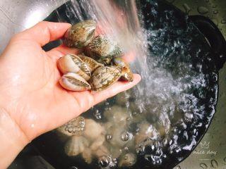 鲜味花蛤豆腐汤,花蛤用淡盐水养20分钟左右,然后反复搓洗干净