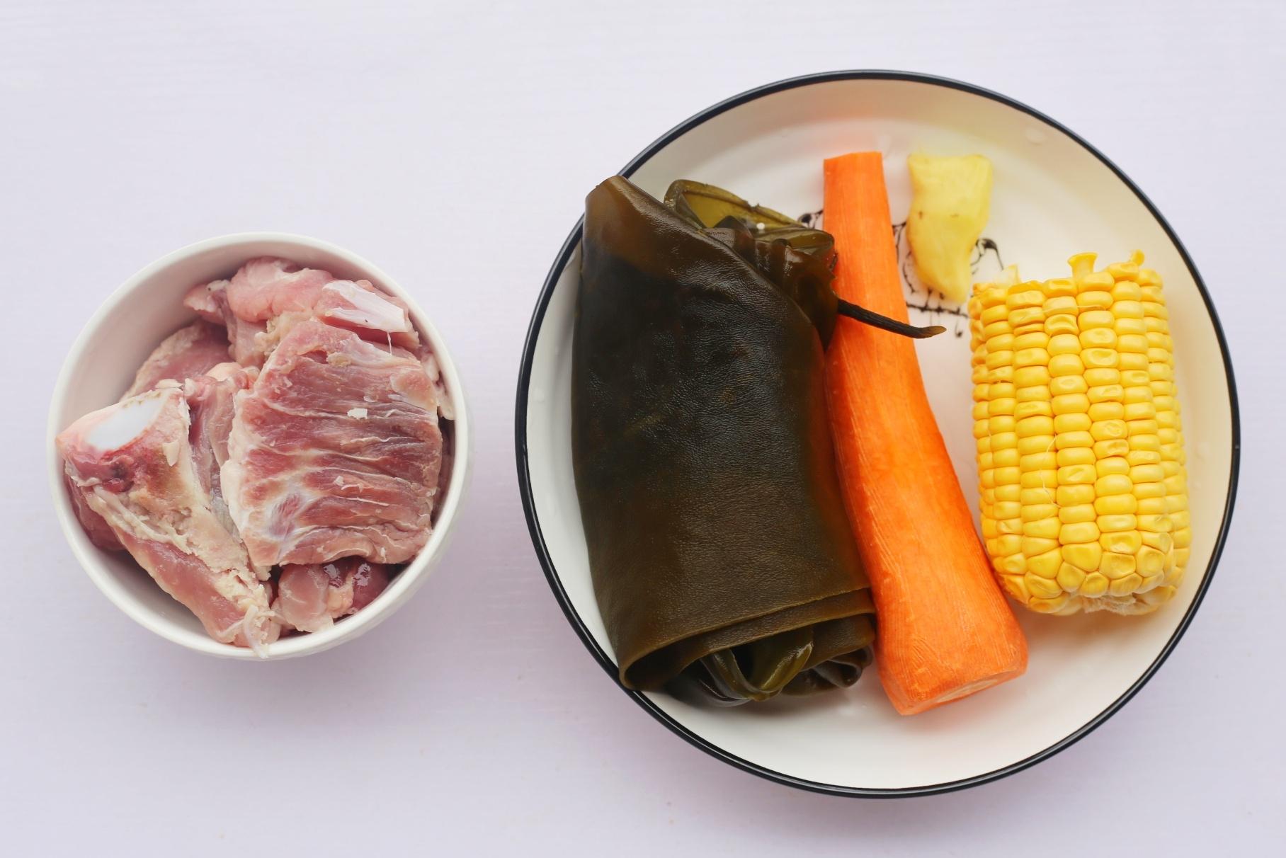 玉米海带筒骨汤,准备材料</p> <p>①猪筒骨??? 400g</p> <p>②海带???? 1根</p> <p>③胡萝卜? 1根</p> <p>④玉米???? 大半根</p> <p>⑤姜????????? 3片</p> <p>⑥食盐??? 适量
