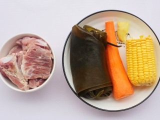 玉米海带筒骨汤,准备材料 ①猪筒骨 400g ②海带 1根 ③胡萝卜 1根 ④玉米 大半根 ⑤姜 3片 ⑥食盐 适量