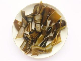 玉米海带筒骨汤,海带温水泡发洗净。