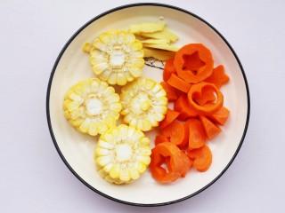 玉米海带筒骨汤,胡萝卜去皮切成喜欢的形状,玉米切断,姜去皮切片。