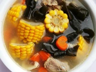 玉米海带筒骨汤,天气热了,记得经常炖给家人喝。