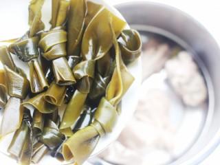 玉米海带筒骨汤,加入海带。