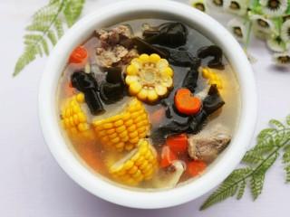 玉米海带筒骨汤,出锅前加一勺盐,清清淡淡,营养美味的海带筒子骨汤就炖好了。