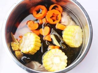 玉米海带筒骨汤,加入没过食材的水,开启煲汤模式。