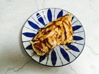 香煎鸡胸肉,一勺黑胡椒汁上下两面抹匀并腌制二十分钟