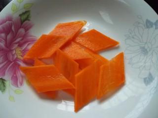 小炒鸡杂,胡萝卜切成菱形块状