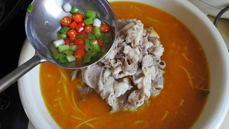 金汤肥牛,小米椒圈和香葱碎炒香,浇到上面