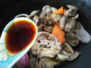 小炒鸡杂,加入一勺生抽和少许盐、醋调味