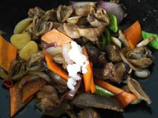 小炒鸡杂,最后放入青椒,加入少许老抽和一些白糖提味
