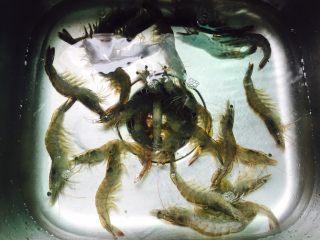 姜葱油爆大虾,将海虾清洗一下
