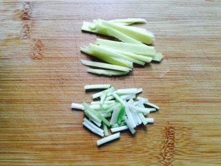 姜葱油爆大虾,生姜洗净切成丝,香葱洗净葱白切小段