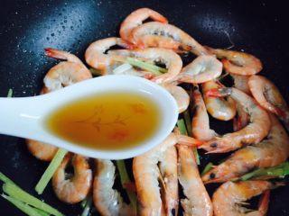 姜葱油爆大虾,烹入两勺料酒