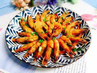 姜葱油爆大虾,起锅装盘