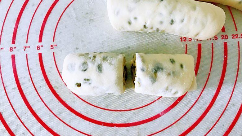 水煎绿豆玫瑰花馒头,从一端卷起来,用刀从中间切开。