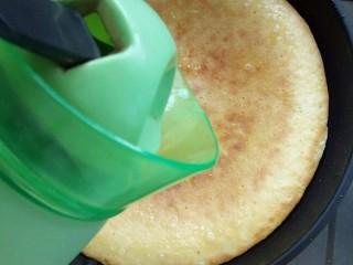 果蔬鸡蛋饼  #鸡蛋的花样年华#,烙至饼花时翻面,加少许开水加盖,焖饼。