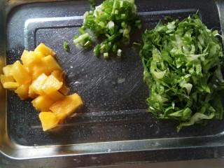 果蔬鸡蛋饼  #鸡蛋的花样年华#,油桃、小葱切粒,油麦菜洗净切丝。