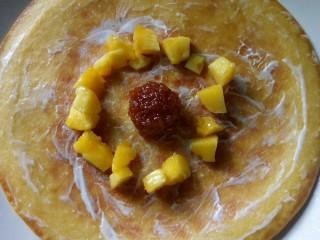 果蔬鸡蛋饼  #鸡蛋的花样年华#,放上油桃粒。