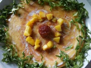 果蔬鸡蛋饼  #鸡蛋的花样年华#,围上一圈油麦菜丝。