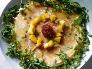 果蔬鸡蛋饼  #鸡蛋的花样年华#,点缀葱花。