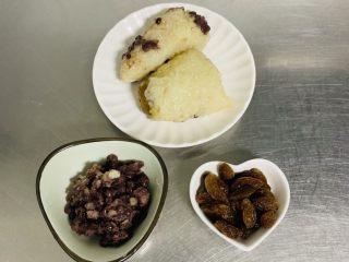 粽子软欧包,馅料我部分:自制蜜红豆50克、葡萄干30克、粽子两个220克。