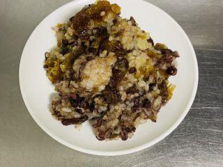 粽子软欧包,馅料部分所有的材料放在大碗中搅拌均匀,分成60克一个馅料备用。