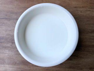 自制凉粉,把一碗豌豆粉倒入大碗里,再倒入一碗水,搅拌至无颗粒状态。
