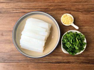 自制凉粉,把冷藏好的凉粉取出,切成自己喜欢的形状放入盘里,蒜头去皮洗净切末,香菜洗净切段待用。