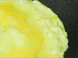 鲜美嫩滑,营养健康零难度,油温5成热时倒入蛋液。