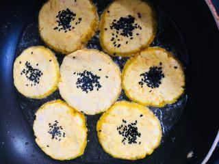 南瓜饼,放入做好的南瓜饼小火煎制