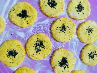 南瓜饼,小饼做好后上面放上黑芝麻,用手按一下,防止芝麻掉落下来
