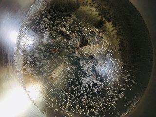 南瓜饼,锅中放水烧开