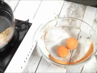 一学就会的低脂健康沙拉,捞出浸入凉水中。