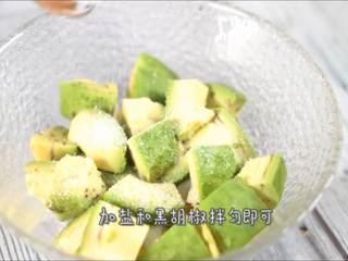 一学就会的低脂健康沙拉,加盐和黑胡椒拌匀即可。