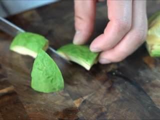 一学就会的低脂健康沙拉,去皮后切成丁。